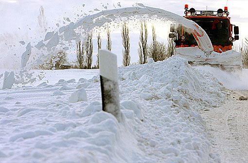 Schneeverwehungen sorgen für Behinderungen Foto: dpa