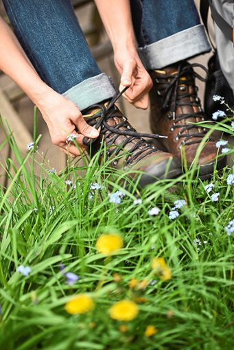 Eine Wanderin schnürt ihre Stiefel und macht sich zu einer Tour auf.  Foto: Kaiser Foto: Schwarzwälder Bote