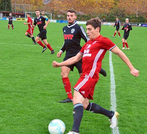 Hofstettens Spielmacher Michael Krämer (am Ball) kurbelte das Spiel seiner Mannschaft ständig an. Foto: Bauer Foto: Schwarzwälder Bote