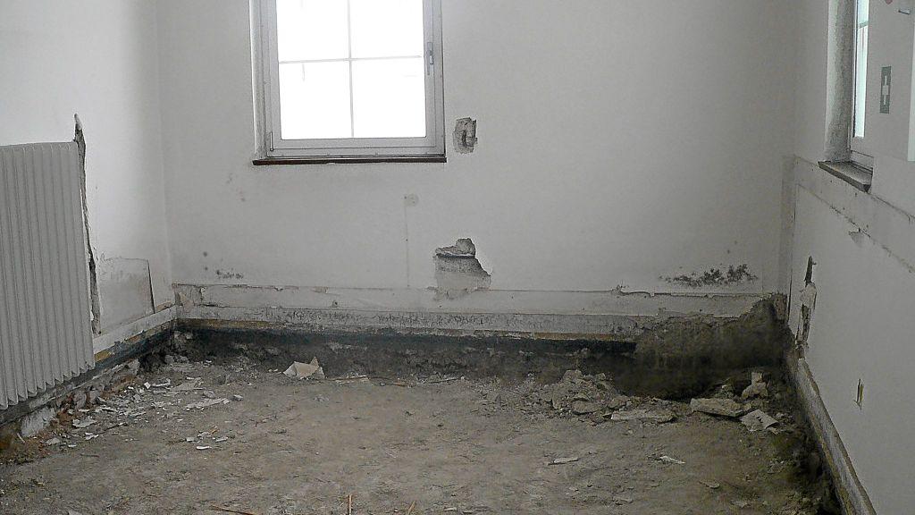 kein fu boden daf r br ckelnder putz in diesem raum des onstmettinger ortsamts ist einiges zu. Black Bedroom Furniture Sets. Home Design Ideas