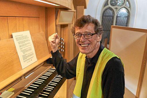 Michael Grüber tritt beim Orgel- und Oud-Konzert in gelber Weste auf. Als Zeichen des Protests.  Foto: Lück Foto: Schwarzwälder Bote