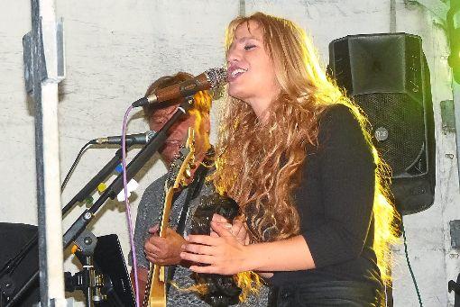 Die Band Rose Wood mit  Sängerin Natalie ließ  es krachen bei ihrem Auftritt im   Rockcafé Kiss  in Hechingen. Foto: Schwarzwälder-Bote