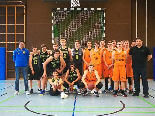 Die U18 der Baskets (rechts) und der Nachwuchs aus St. Blasien stellte sich zu einem Gruppenbild auf.  Foto: Schell-Deking Foto: Schwarzwälder Bote