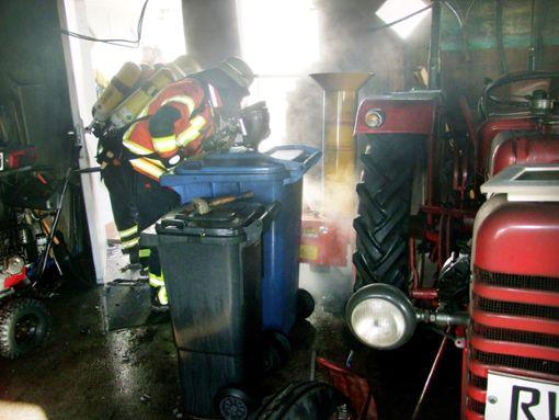 Unter Atemschutz dringen die Wehrmänner zum Brandort in der Lackendorfer Garage vor.    Foto: Reichert