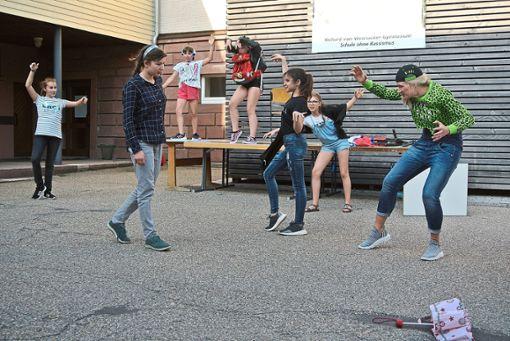 Engagiert  und konzentriert waren  die jungen Schauspielerinnen bei der  Aufführung.  Foto: Braun Foto: Schwarzwälder Bote