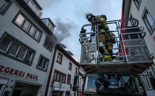 Aus dem Treppenhaus quoll beim Eintreffen der Feuerwehr dichter Rauch heraus. Foto: Marc Eich