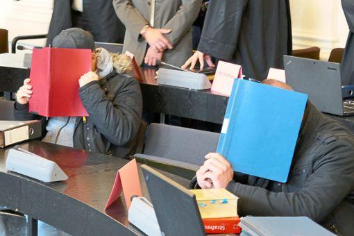 Der 42-jährige Pforzheimer beim Prozessauftakt im Gericht   Foto: Eyckeler