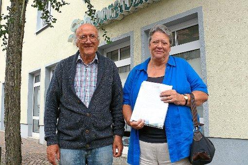 Die Kirchengemeinderäte Peter Schwaibold und Elvira Himmeln sehen die Zukunft der evangelischen Kirchengemeinde  Balingen-Ost in Gefahr. Warum, wird in einem Offenen Brief an alle rund 2500 Gemeindemitglieder geschildert.   Foto: Hauser