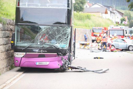 Der 90-Jährige war in der Ortsdurchfahrt gegen einen britischen Reisebus geprallt. Foto: Marc Eich