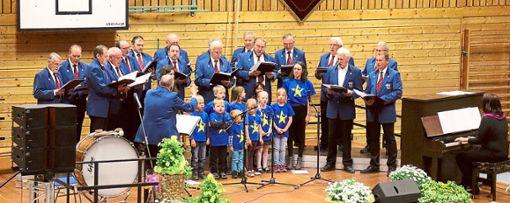Mit dem Lied Schön ist es auf der Welt zu sein begeisterten  der Männergesangverein und der  Kinderchor das Publikum  Fotos: Hering Foto: Schwarzwälder Bote