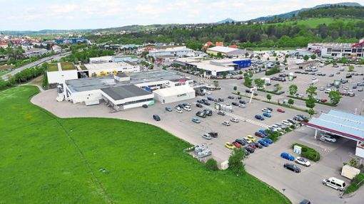 Blick aus der Luft auf den Real-Standort an der Langen Straße 24 in Balingen: Das Gebäude soll im nächsten Jahr umfassend modernisiert werden. Neben Non-Food-Artikeln wird es dort künftig auch Lebensmittel geben. Foto: Conzept Immobilien