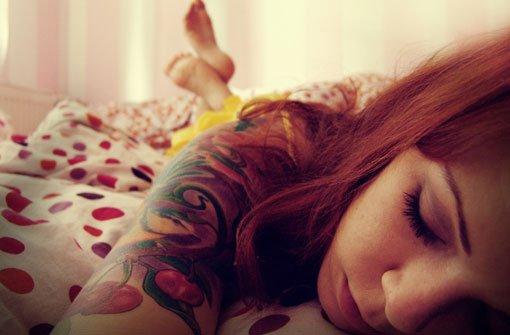 Hast du vor, dir demnächst ein Tattoo stechen zu lassen? Wir haben die wichtigsten Infos rund um Tattoos und Piercings zusammengetragen. Foto: Bildersommer/ photocase.com