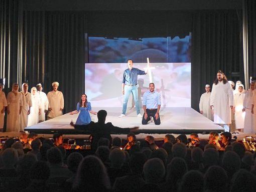 Das Bühnenbild ist bewusst minimalistisch gehalten. Im Zentrum stehen Leila (Elisandra Melián), Zurga (Paul Jardach), Nadir (Dennis Marr)  und Nourabad (Lukas Schmid-Wedekind), aber auch der Chor nimmt eine tragende Rolle ein.   Foto: Hartmann Foto: Schwarzwälder Bote