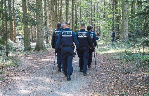 Die Polizei sucht weiterhin den Wald um den Fundort der Leiche ab.  Foto: Gress