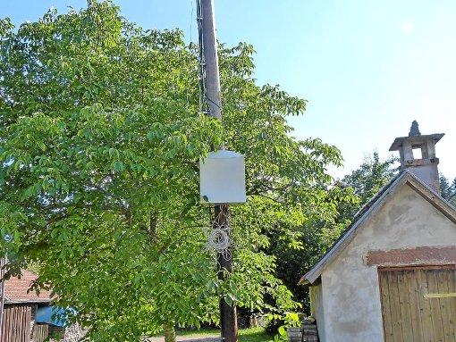 Der Sendemast der Skytron Communications GmbH auf dem Grundstück von Manfred Hölzle in Oberreichenbach-Siehdichfür ist ein Dorn im Auge der Anwohner. In einer Höhe von etwa 1,50 Meter hängen mehrere lose Kabel herunter. Foto: Schuon