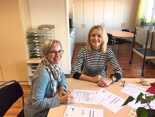 Dagmar Hahn(von links) und Annette Scheer  bei der Vertragsunterzeichnung.  Foto: Reichenberger Foto: Schwarzwälder Bote