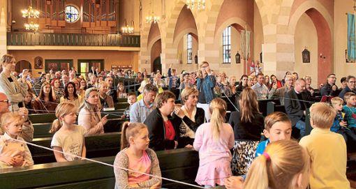 Keiner bleibt außen vor: Die Gemeinde knüpft ein Netz und spannt es durch die ganze Kirche.   Foto: Bader Foto: Schwarzwälder Bote