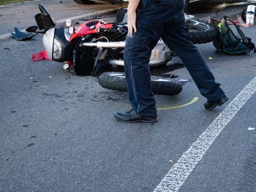 Durch den Zusammenprall erlitt der Biker aus dem Raum Villingen-Schwenningen so schwere Verletzungen, dass er noch an der Unfallstelle starb. (Symbolfoto) Foto: Heidepriem
