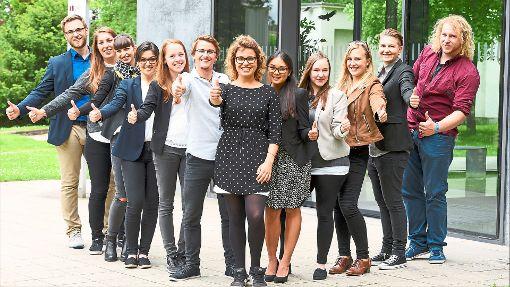 Haben sich für eine Karriere bei der AOK entschieden: (von links stehend) Philip Peters, Jessica Surm, Noel Bianchi und sitzend Isabella Schuler. Foto: © Syda Productions/Fotolia.com