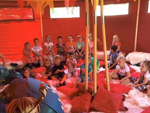 Im Erzählzelt lauschen die Kinder spannenden Geschichten.  Foto: Kinderhaus Foto: Schwarzwälder Bote
