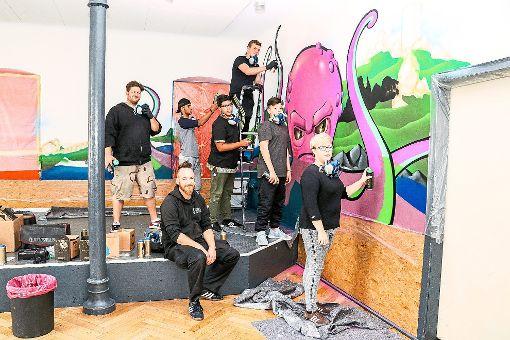 Sechs Jugendliche arbeiteten mit großem Spaß und unter der Aufsicht eines  echten Graffiti-Profis  an ihrem Kunstwerk im Spielzimmer des Youz Nagold.  Foto: Geisel