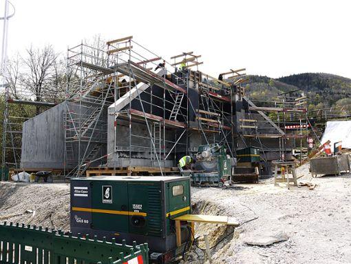 Am heutigen Mittwoch wird die neue Eisenbahnbrücke in Lautlingen hochgezogen. So lange wird ein Schienenerstazverkehr eingerichtet. Foto: (sb)
