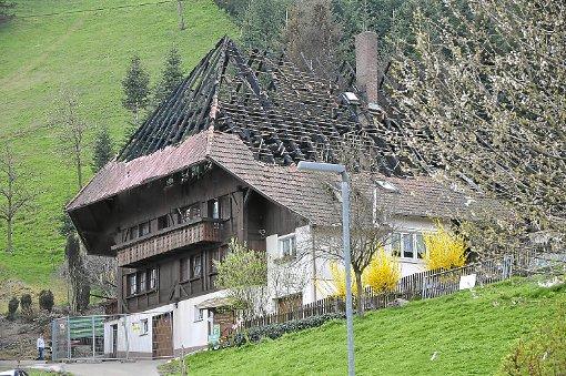 Nach dem verheerenden Brand im Dachstuhl: Der Mühlenbacher Kussenhansenhof bot am Dienstag einen traurigen Anblick. Foto: Möller