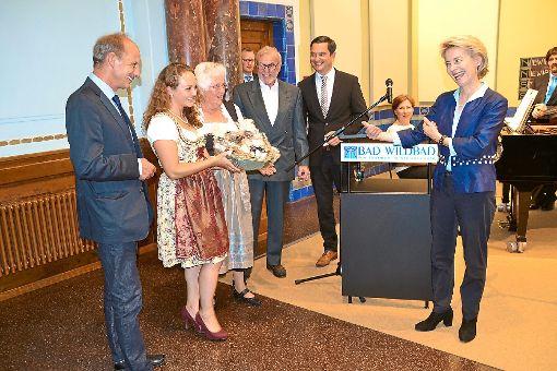 Als Dank für ihren Auftritt im Forum König-Karls-Bad in Bad Wildbad bekam Frau Ministerin leckere Schwarzwald-Spezialitäten von der Heidelbeerprinzessin aus Enzklösterle überreicht.  Foto: Kunert