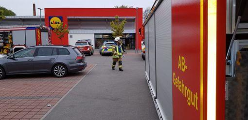 Die Einsatzkräfte räumten den Markt und sperrten den Parkplatz ab. Foto: Eyrich