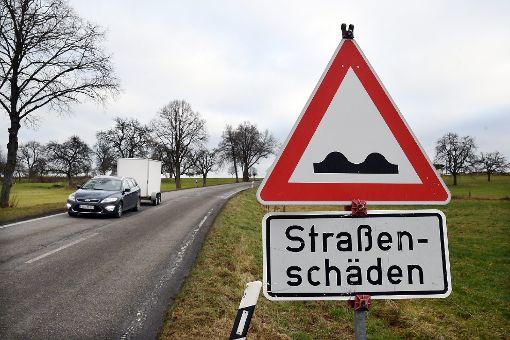 Das Schild hat seine Berechtigung: Die Kreisstraße 4762 Empfingen  über Betra nach  Neckarhausen ist eine wahre Rumpelstrecke.  Foto: Hopp