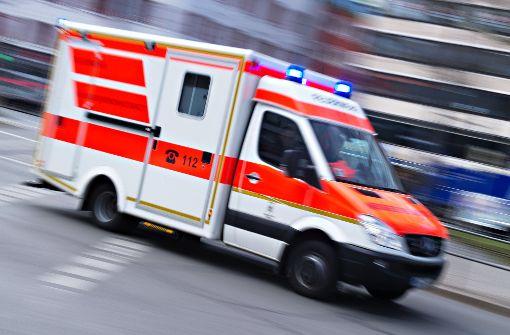 Der 21-Jährige wurde mit dem Rettungswagen in eine Klinik transportiert. (Symbolbild) Foto: dpa