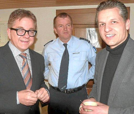 Landtagspräsident Guido Wolf (links) stattete gestern Donaueschingens Revierleiter Ulf Feichtinger (Mitte) und OB Thorsten Frei einen Weihnachtsbesuch ab. Foto: Filipp