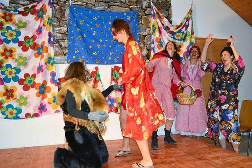 Für eine Riesengaudi sorgten die zwölf Frauen von der Rot, die bei ihrem Auftritt Ein modisches Rotkäppchen für den bösen Wolf glänzten.  Foto: Wölfle Foto: Schwarzwälder Bote