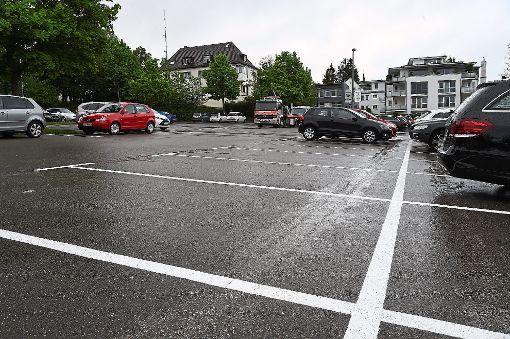 Neu- und Ummarkiert bietet der Parkplatz Groß'sche Wiese in Rottweil 30 Stellplätze weniger als zuvor. 6600 Euro hat die Maßnahme die Stadt gekostet.  Foto: Nädele Foto: Schwarzwälder-Bote