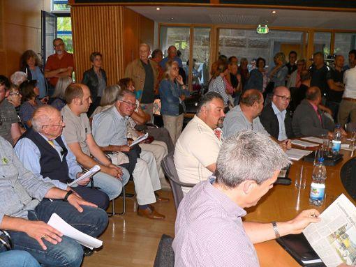 Zahlreiche Besucher kamen zur Schömberger Gemeinderatssitzung am Dienstag. Foto: Krokauer