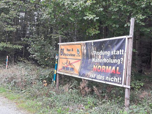 Plakativer Widerstand gegen ein mögliches Gewerbegebiet: Vom Gelände Hau und Holzwiese gibt es eine Planskizze, die Argwohn weckt. Foto: Ganswind