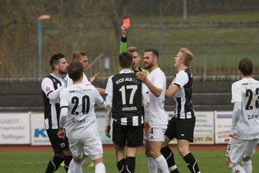 Der FC 07 Albstadt musste nach der Roten Karte gegen Matthias Endriß 40 Minuten in Unterzahl bestehen.  Foto: Kara