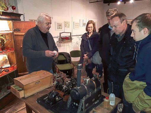 Dieter Rehmann führt im Altensteiger Museum eine Märklin-Compound (Verbund)-Dampfmaschine aus den 1930er-Jahren vor.  Foto: Stadt Altensteig Foto: Schwarzwälder Bote