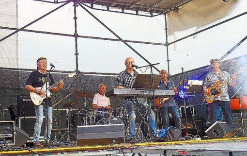 Die Band  No Age Limit  spielt auf der Bühne in Bad Niedernau.  Foto: Scharnowski Foto: Schwarzwälder Bote