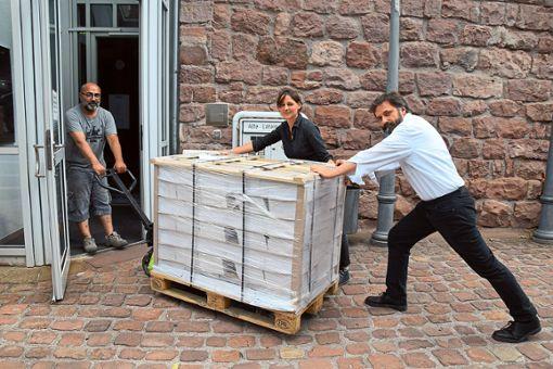 Marieke Henriques und Sebastian Plüer (rechts) können es kaum  erwarten, die neuen Programme in der Hand halten zu dürfen.   Foto: Rousek Foto: Schwarzwälder Bote