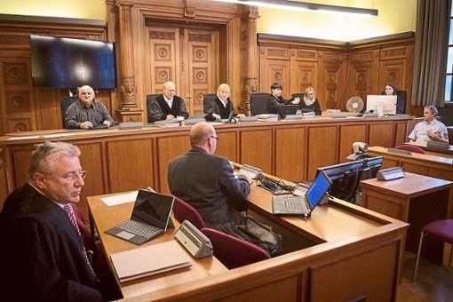 Bernd C. Gerritzen (links), Rechtsanwalt der Geschädigten, ein Gutachter (Mitte) und die Richter vor Prozessbeginn. Foto: Schuldt