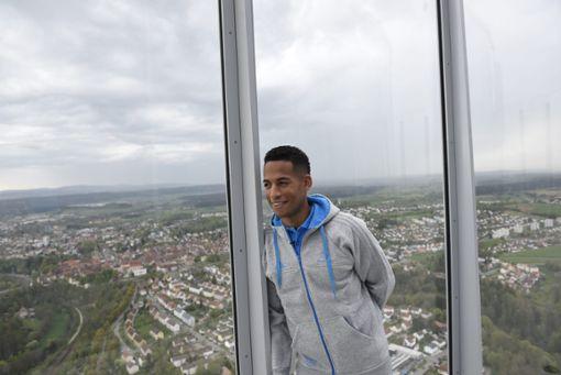 VfB-Star Dennis Aogo begutachtet schonmal die Aussicht vom Rottweiler Test-Turm. Foto: thyssenkrupp