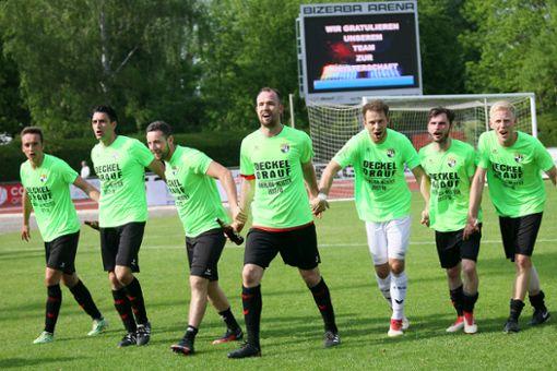 Wollen gemeinsam mit den Fans den Aufstieg feiern: die Spieler der TSG Balingen.  Foto: Kara