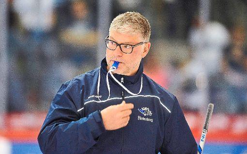 Der Schwenninger Coach Pat Cortina hat die Pfeife schon einmal im Mund.  Foto: Sigwart