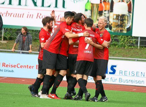 Wie schon im Hinspiel trennten sich Oberliga-Primus TSG Balingen und der SV Oberachern auch im zweiten Aufeinandertreffen unentschieden. Dennoch freuten die Balinger Spieler über das 2:2 und den gewonnenen Punkt.   Foto: Kara