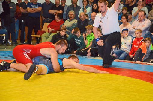 Gepunktet: Hofstettens Ion Pislaru (oben) ließ gegen Patrick Kreutler nichts anbrennen und gewann klar nach Punkten.  Foto: Gegg Foto: Schwarzwälder Bote