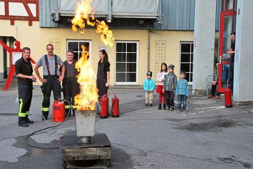 Die Feuerwehr in Dauchingen hat es sich zur Aufgabe gemacht, die Bürger zur richtigen Brandbekämpfung zu schulen. In einer vorbereiteten Metallbox loderte das Feuer, das es galt, richtig zu löschen.   Foto: Preuß Foto: Schwarzwälder Bote