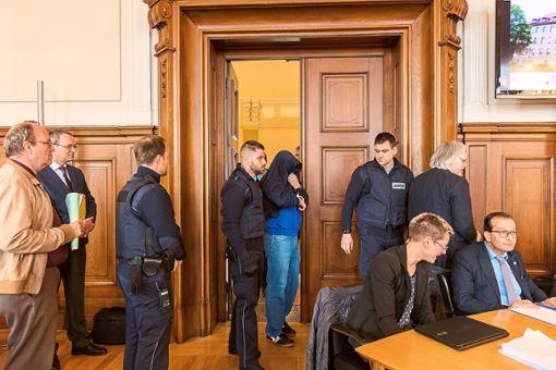 Der Prozess gegen Drazen D. (Bildmitte, mit Jacke verdeckt), wird am 4. April fortgesetzt. Foto: Graner