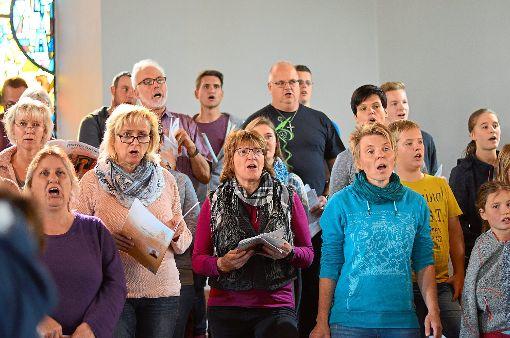 Ein gemischter Chor singt beim Musical mit.   Foto: Köncke Foto: Schwarzwälder-Bote