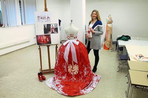 Olivia Spiller präsentiert stolz ihr selbstkreiertes Kleid in der Werkstat der Modefachschule Sigmaringen   Foto: Hahnel Foto: Schwarzwälder Bote
